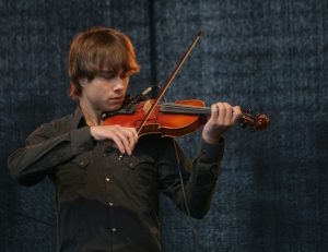 1169px-Alexander_Rybak_on_the_2011_rose_march_tribute_in_Oslo